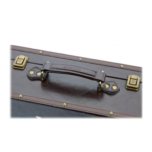 Detail of the leather handle of the Barburys Retro Vintage Case